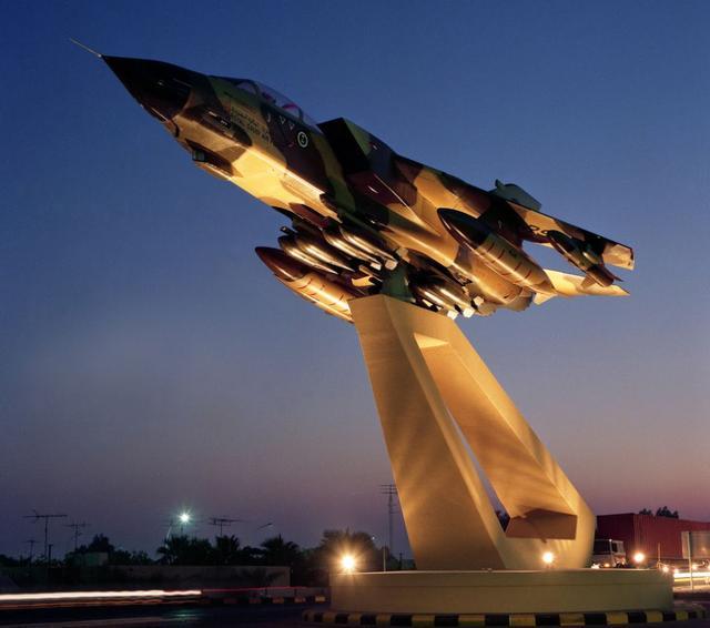 崭新的战斗机,价值1亿美元,任性土豪不要了,做成雕塑当门神