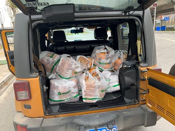 送往医院的面包装满后备箱