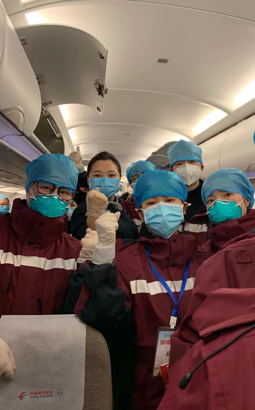 1天3架包机,东航运送357名医护人员再援武汉图片