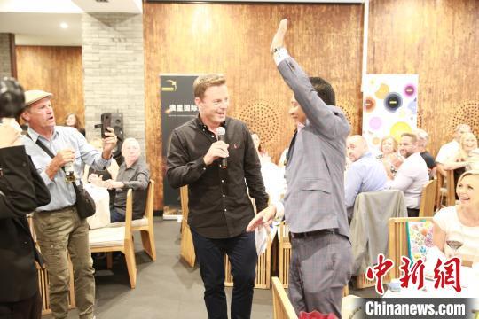 澳大利亚著名主持人身体力行支持华人社区