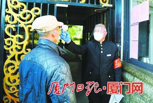 小区保安张胜安:一天工作十小时 抬手测温四百多次