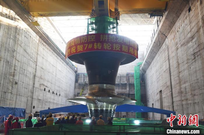 大藤峡工程新进展:水轮发电机组转轮吊装成功