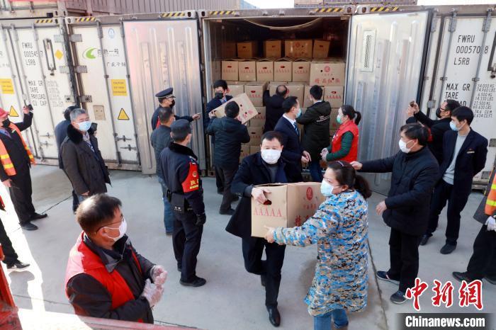 20日凌晨 广西百色202吨优质果蔬抵达湖北蕲春
