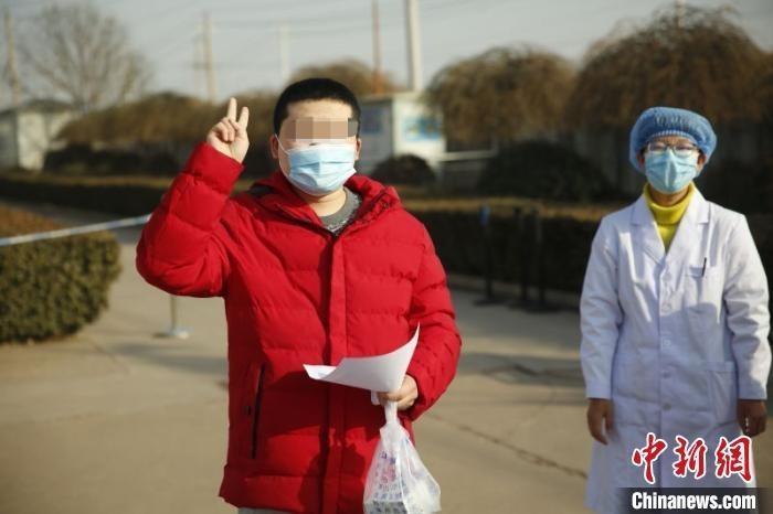 19日,山西省晋中市又有3例在平遥确诊的新冠肺炎患者经医护人员精心治疗,从晋中市传染病医院治愈出院。 晋中市卫健委供图