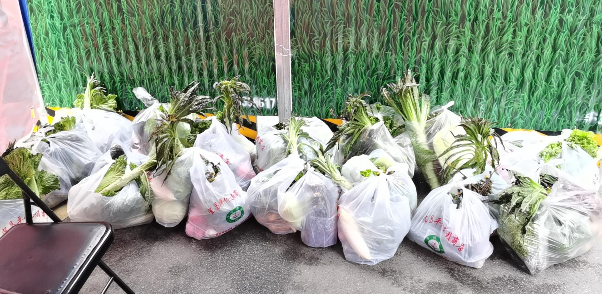 中南路社区网格员为居民配送的蔬菜。来源:受访者供图