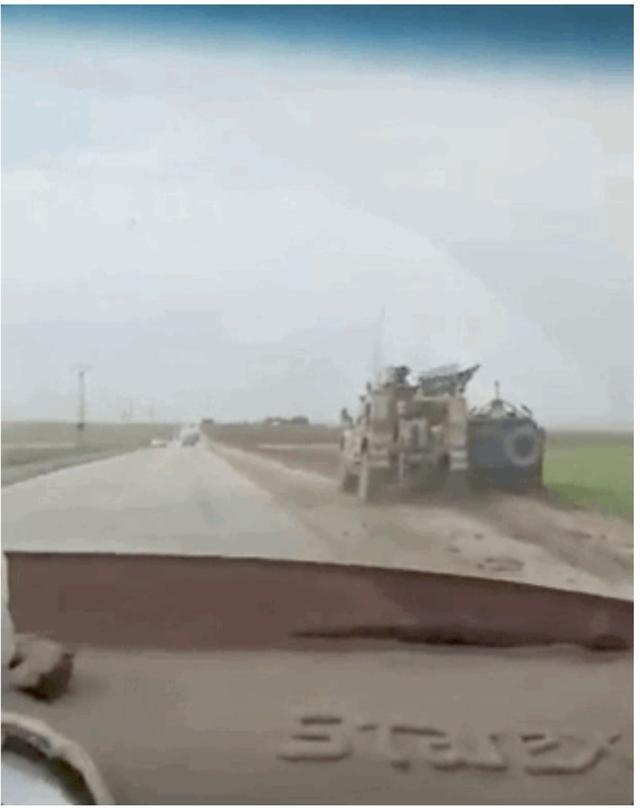 美俄车队再次互怼,这一次美国赢了,成功将俄罗斯装甲车挤下马路