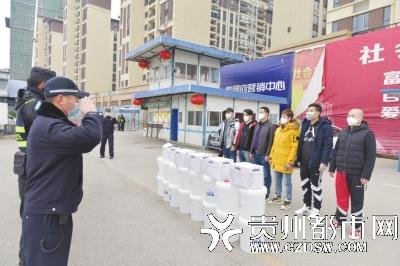 8位热心市民捐赠3200个口罩给民警