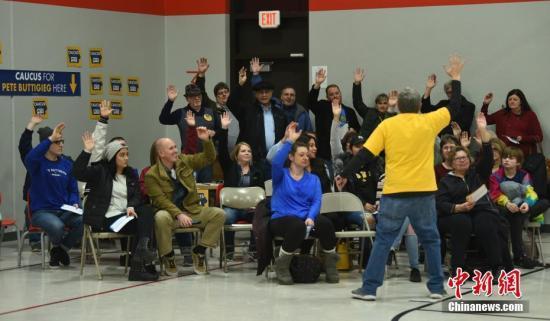 当地时间2月3日,美国艾奥瓦州首府得梅因第72选区的民主党党团会议现场,布蒂吉格阵营在清点选票。中新社记者 陈孟统 摄