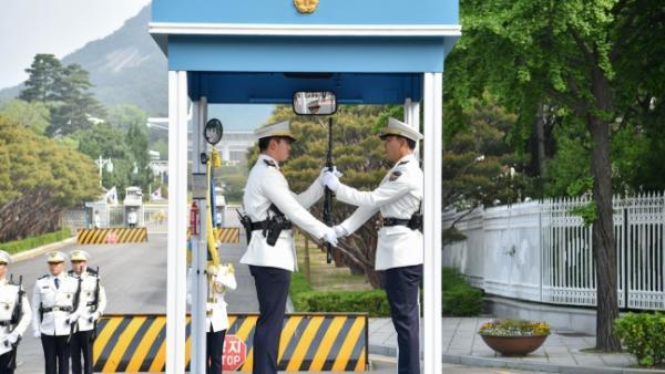 疑接触过新冠肺炎患者,韩国总统府十几名内部警卫被要求隔离