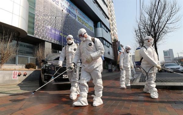 韩国防疫人员在大邱市进行消毒