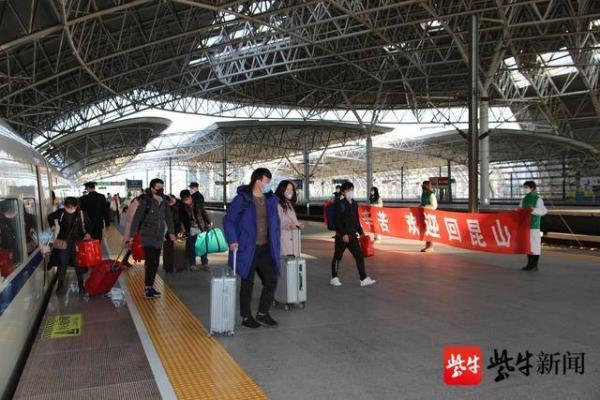 江苏昆山将在十天内用免费高铁从皖豫带回万人,车上间隔就座图片