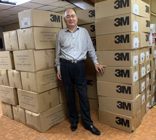 巴拿马侨领黄伟文向广东清远捐赠20万个口罩