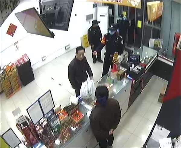 金山一男子不戴口罩欲进超市被劝