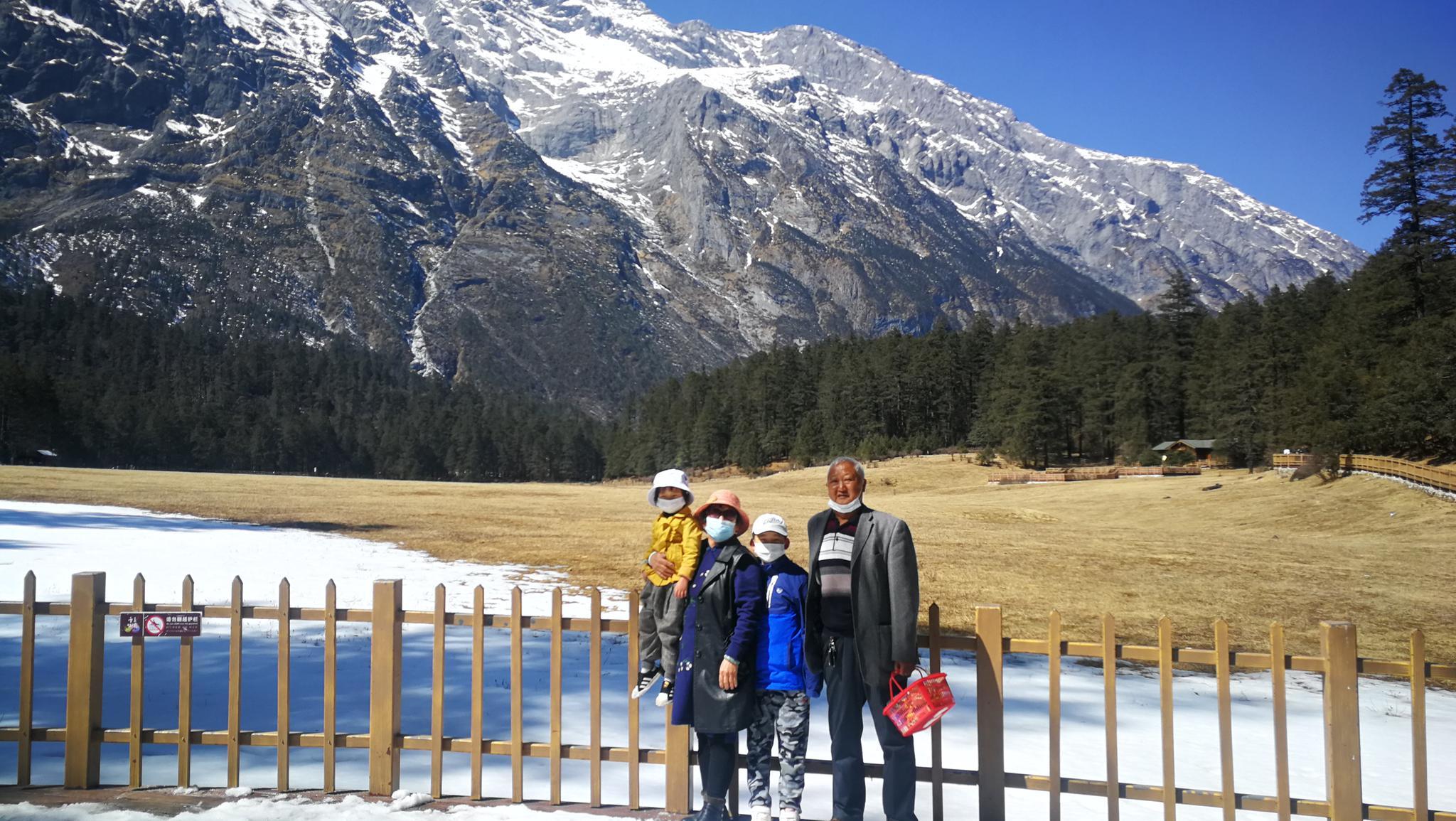 旅客在雪山脚下合影