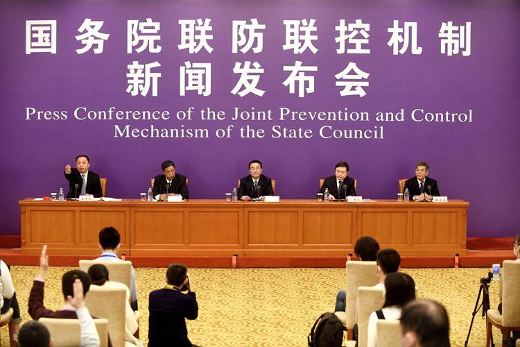 国务院联防联控机制召开消息公布会,先容依法防控疫情、维护社会稳固事情情形。