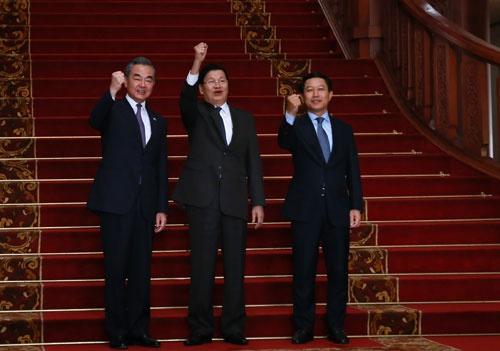 老挝总理通伦会见王毅,向中国抗击疫情提供捐赠