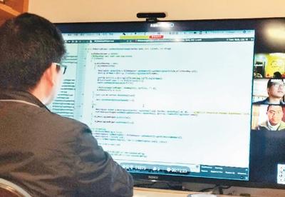 蓝猫微会技术团队在视频会议中修改代码。   蓝猫微会供图