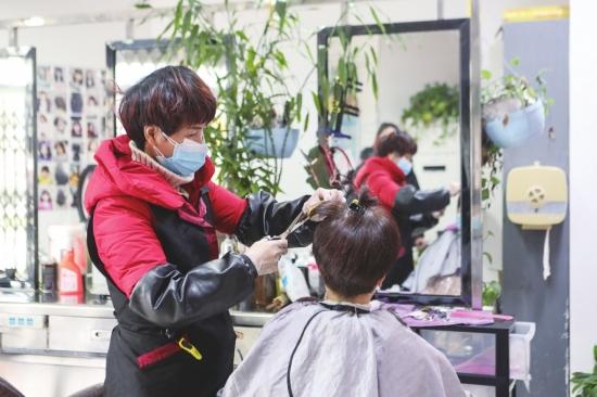 理发店重新营业后每位顾客都成了VIP