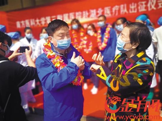 一位失聪的母亲用手语对儿子反复叮咛 羊城晚报全媒体记者 陈辉 摄