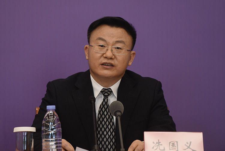 商务部服贸司司长冼国义回覆记者提问。
