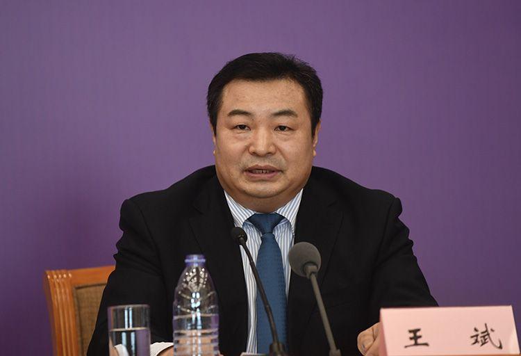 商务部市场运行司副司长王斌回覆记者提问。