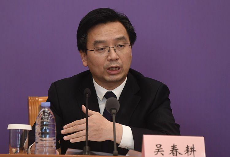 交通运输部政策研究室主任吴春耕回覆记者提问。