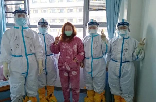 山西医疗团队和患者在一起。新华网 发