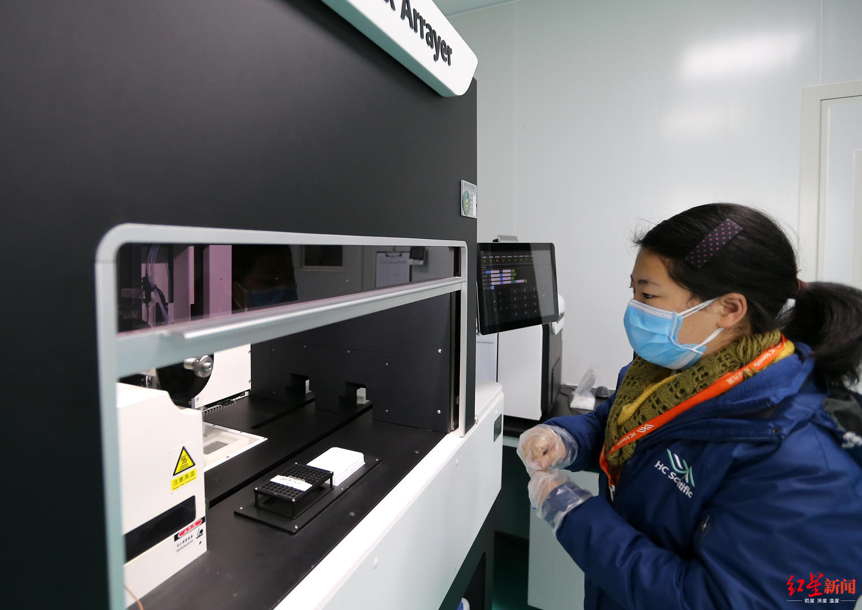 事情人员在分子生物尝试室对机械进行改装测试