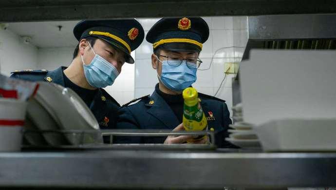 上海战疫手记|连续工作24天,我经历了道口执勤、口罩投放秩序维持、商铺排查……图片