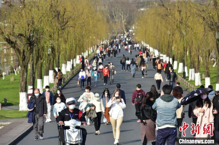 周末游客暴增杭州西湖景区提醒安全出游