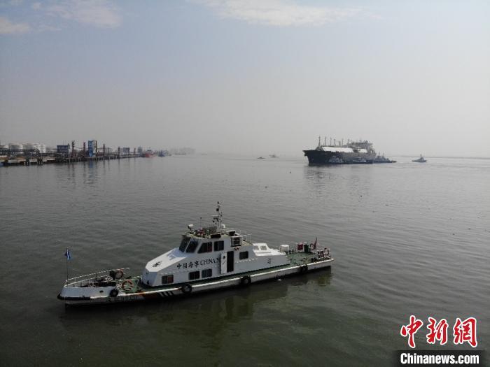 """战""""疫""""复产期 广州海事护航大型天然气船安全进港"""
