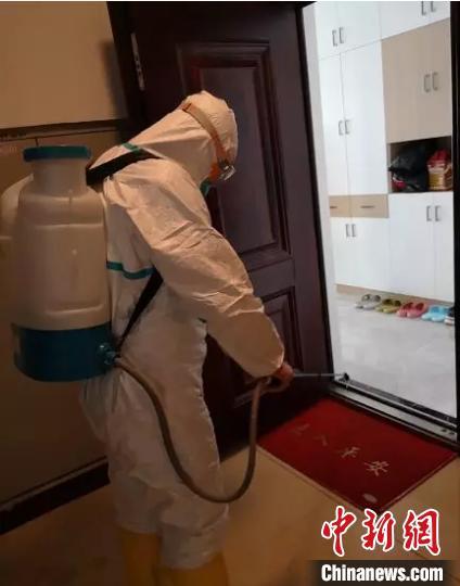 消杀队工作人员对患者家里进行消毒。 太原市疾控中心供图 摄