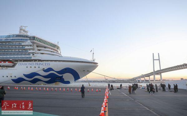 """资料图片:2月6日,在日本横滨,""""钻石公主""""号邮轮停靠在港口。新华社记者 杜潇逸 摄"""