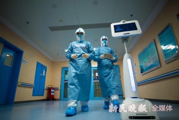 """人工智能医护机器人""""瑞金小白""""投入武汉新冠肺炎疫情防控一线使用"""