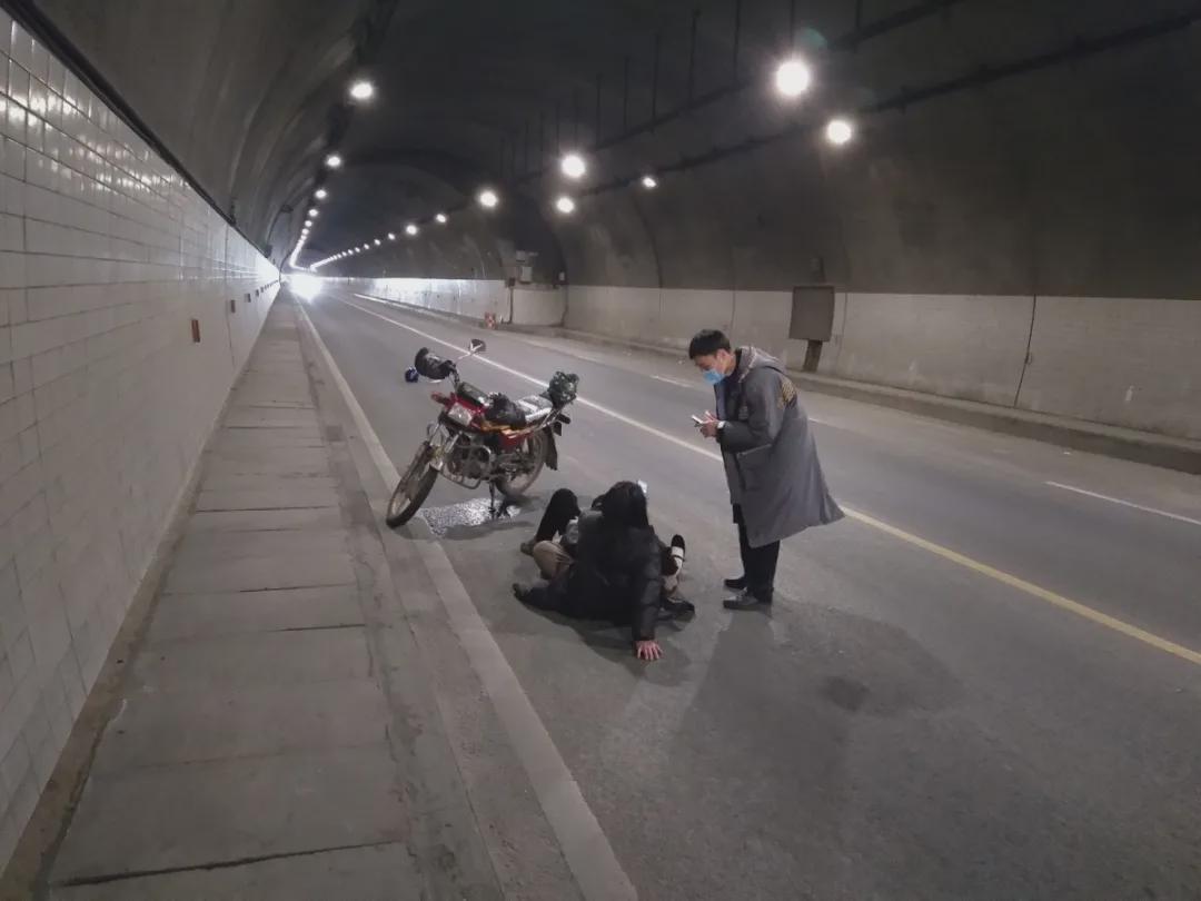 隧道内夫妻俩躺倒在路旁,他果断将车停到后方50米……图片