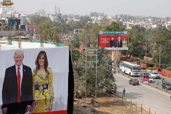 印度街头悬挂着巨幅广告(图源:独立报)