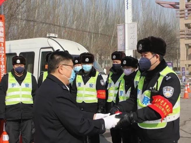 为立山分局巡特警大队大队长赵立君、辅警张博送奖到岗。