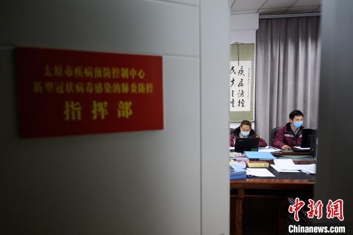 工作人员实时统计和监测当天的新冠肺炎确诊、疑似病例。 刘小红 摄