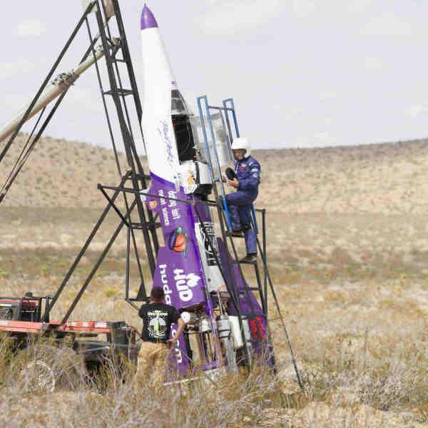 美国男子坐自制火箭飞上天 不幸坠落身亡