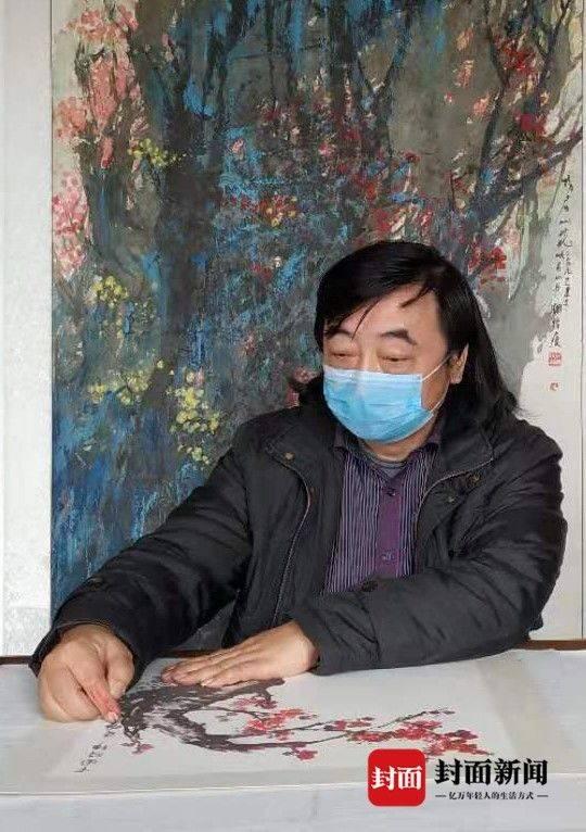 """四川峨眉山画家以指代笔 绘出""""战疫""""书画"""