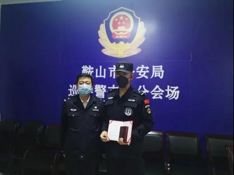 为特警突击队教导员崔午阳送奖。