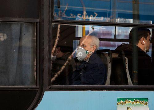 2月23日,伊朗首都德黑兰公交车内,一些市民戴上口罩。新华社发