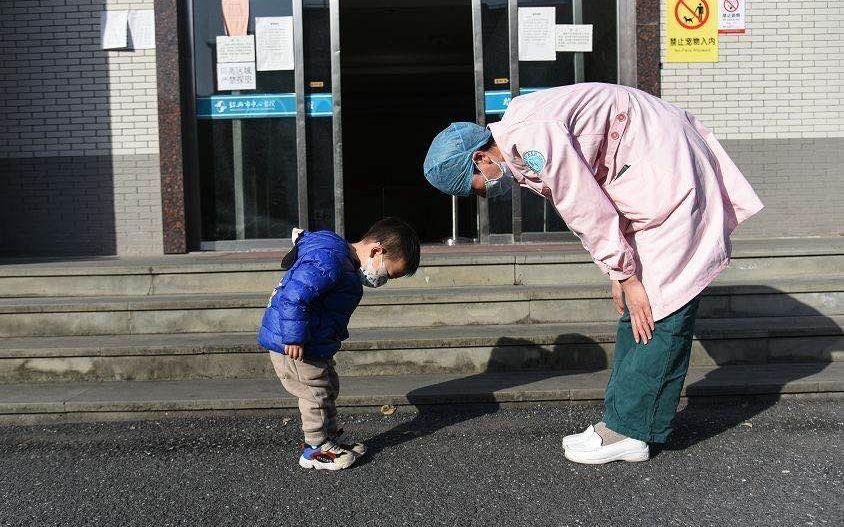 与两岁患者互相致谢的护士:男孩先鞠躬,照片系同事拍摄图片