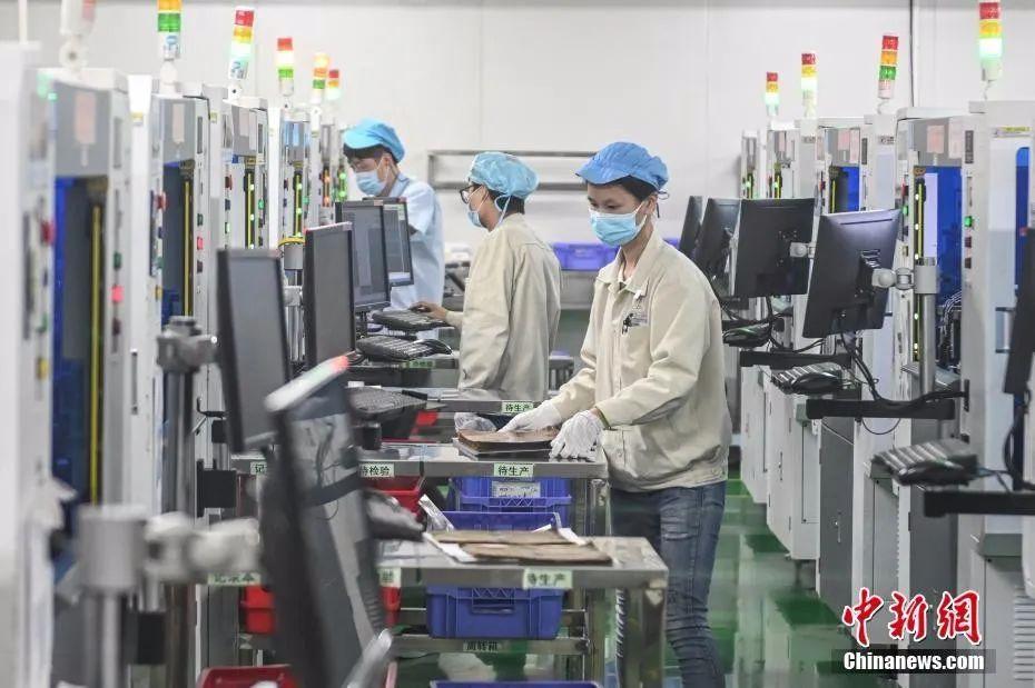 资料图:广州某公司复工人员戴口罩工作。中新社记者 陈骥旻 摄