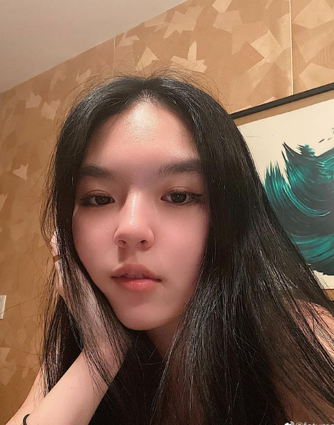 李咏女儿画性感猫眼妆,眉毛暴露化妆水平,打扮成熟老妈很支持