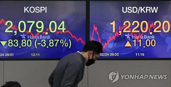 2月24日,在首尔韩亚银行总店交易大厅,来源:韩联社