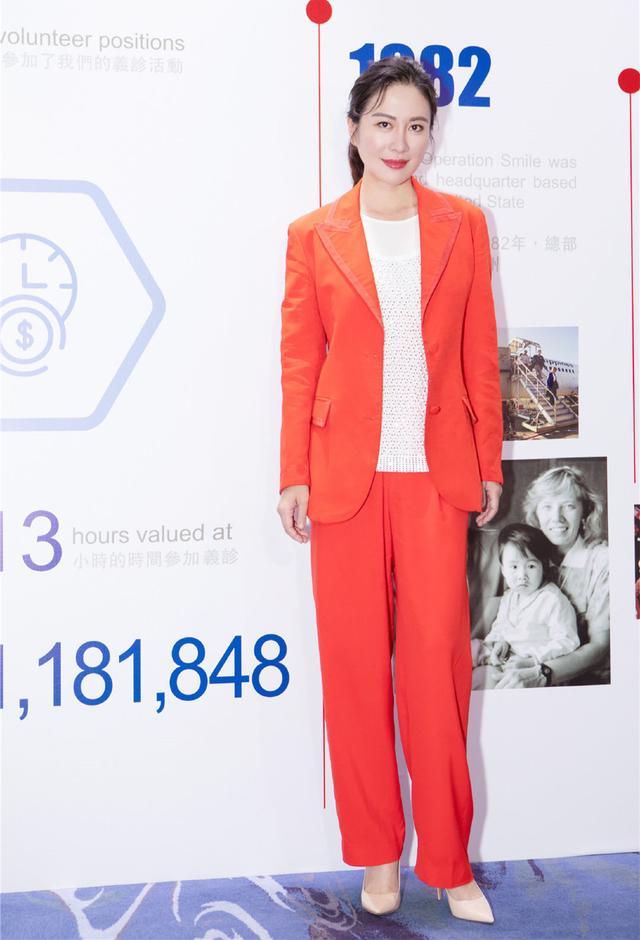 叶璇橘色西装外套搭配尖头高跟鞋,展现出不一样的魅力,高级减龄