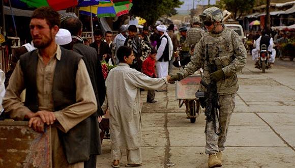 一名阿富汗儿童和美国士兵。图片来源:Public Domain Files