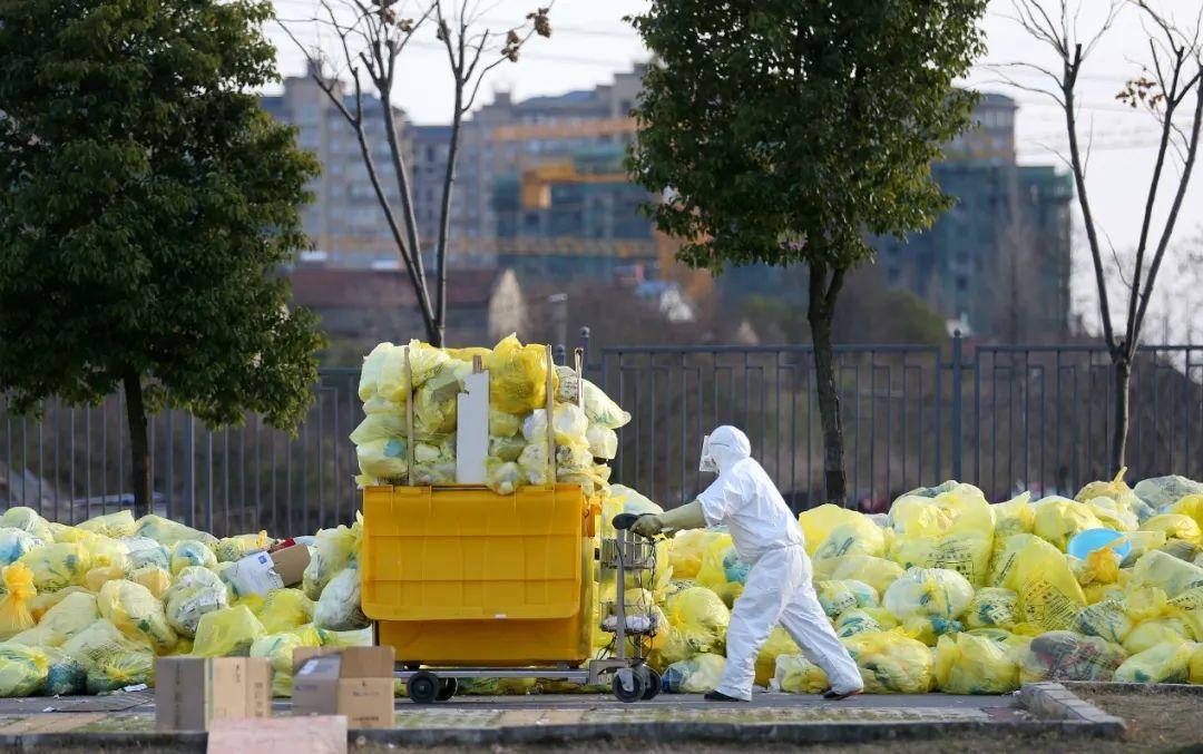 随着疫情的突然爆发,武汉市医疗废物的产量呈井喷式增长,许多医院医疗废物预存仓库被填满。同济医院中法新城院区不得已,临时开辟医院露天场地的一角,暂时存放。(摄影:崔萌)