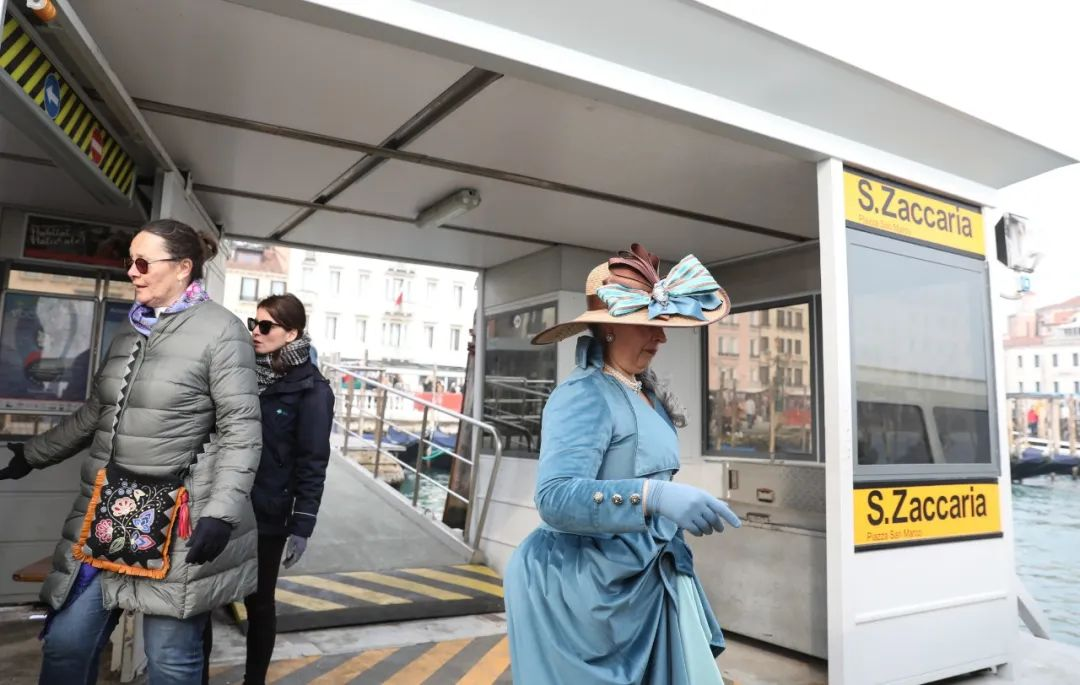 2月23日,在意大利威尼斯,一名身着狂欢节服装的女子准备乘坐公交船。新华社记者 程婷婷 摄